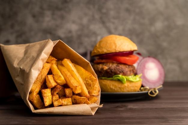 Fuegos franceses con deliciosa hamburguesa