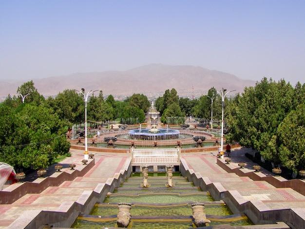 Fuente en el centro administrativo históricamente importante palacio cultural de arbob