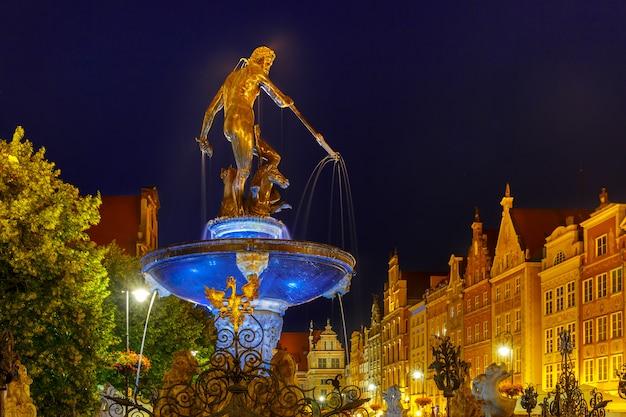 Fuente de neptuno en gdansk en la noche, polonia