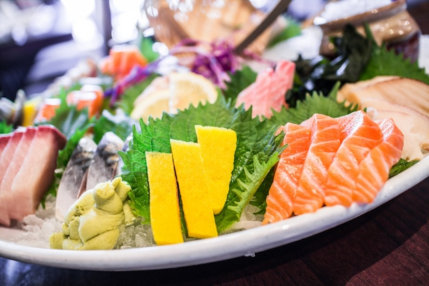 Fuente con pescado asiático tradicional