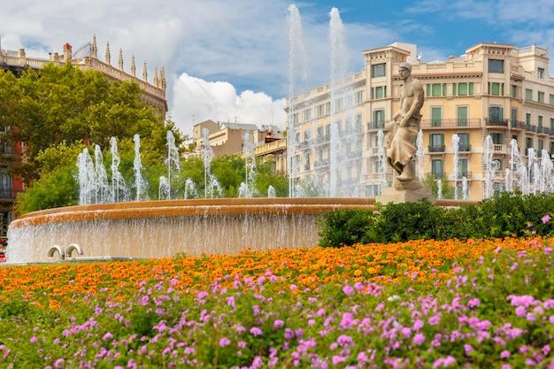 Fuente en la plaza de cataluña en barcelona, españa