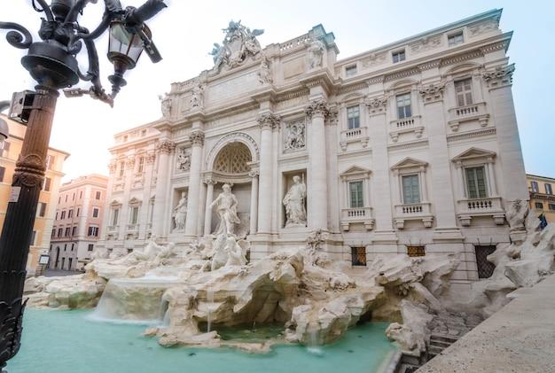 Fuente de trevi en roma, italia en la madrugada sin turista con sol brilla