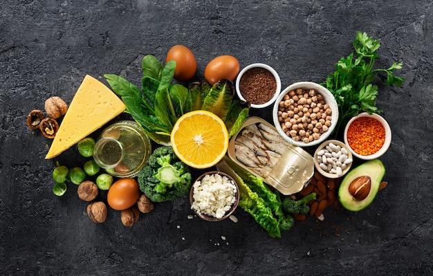 Fuentes alimenticias de omega 3 y vista superior de grasas saludables. comida sana