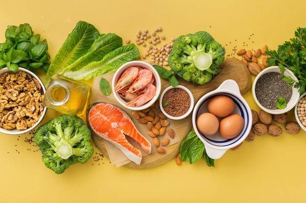Fuentes de alimentos omega 3 y omega 6 en la vista superior amarilla.