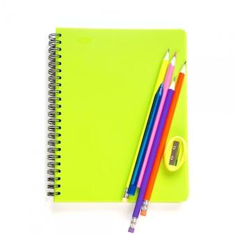 Fuentes de escuela, libros y lápiz coloridos en blanco.