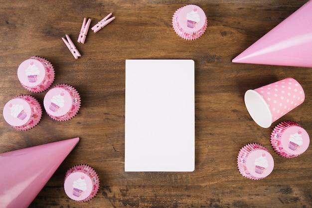 Fuentes de fiesta alrededor del cuaderno