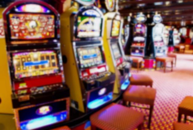 Fuera de foco / máquinas tragamonedas borrosas en un casino