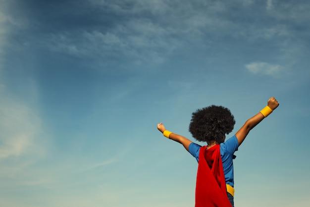 Fuerte chica superhéroe con superpoderes.