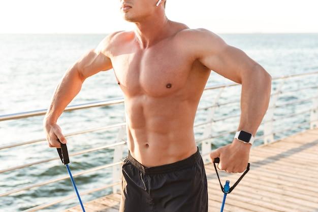 Fuerte deportista al aire libre en la playa