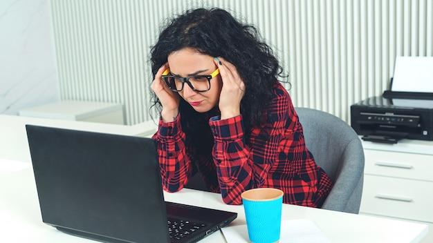 Fuerte dolor de cabeza durante el trabajo en la oficina