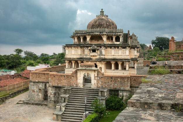 Fuerte de kumbhalgarh, rajasthan, india - 28 de febrero de 2014: los templos, muros y monumentos del fuerte de kumbhalgarh, un sitio del patrimonio mundial de la unesco con uno de los complejos de muros más grandes del mundo