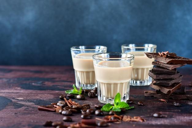 Fuerte licor de café con granos de café y trozos de chocolate negro