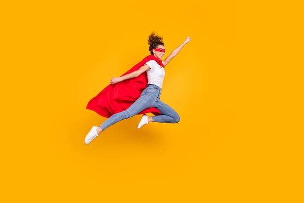 Fuerte, motivada, enérgica, niña, saltar