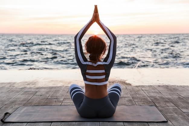 Fuerte mujer joven fitness medita
