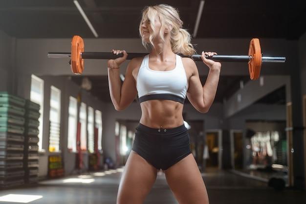 Fuerte sexy atlética joven trabajando en el gimnasio