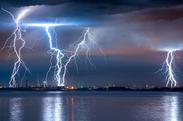 Fuerte tormenta eléctrica con relámpagos sobre la ciudad