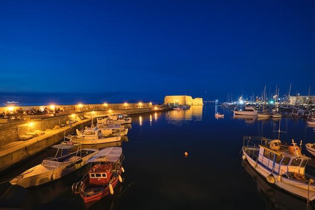 Fuerte veneciano en heraklion y barcos pesqueros amarrados en la isla de creta grecia