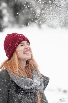 Fuertes nevadas y mujer al aire libre