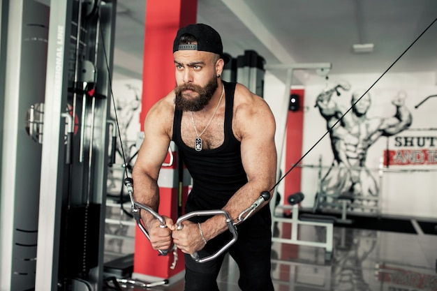 Fuerza de gimnasio musculatura de brazo de salud
