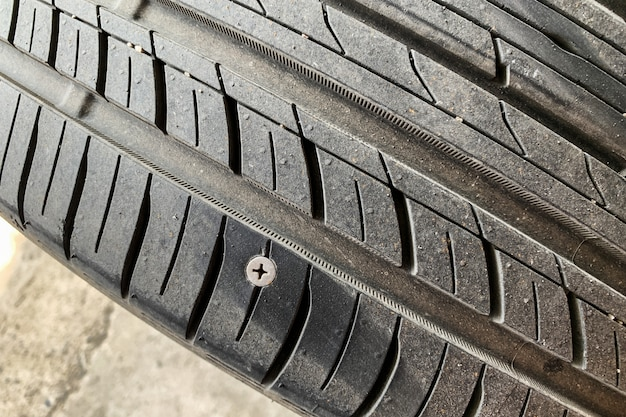 Fuga de neumático debido a la tuerca de la llanta. es una razón muy común para la construcción de carreteras.