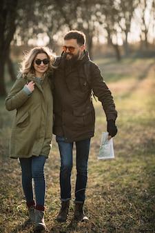 Full shot pareja feliz en la naturaleza