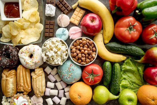 Fullframe de alimentos saludables y no saludables