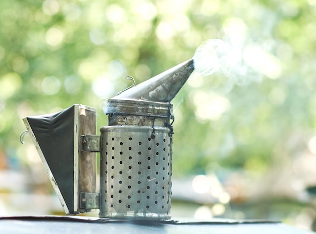 Fumador de abejas con copyspace de humo apicultura apicultura concepto de herramienta de tecnología de equipo profesional.