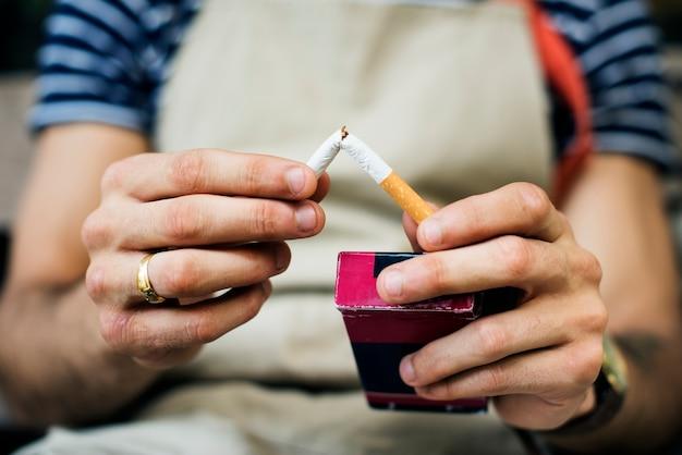 Fumador saliendo del cigarrillo