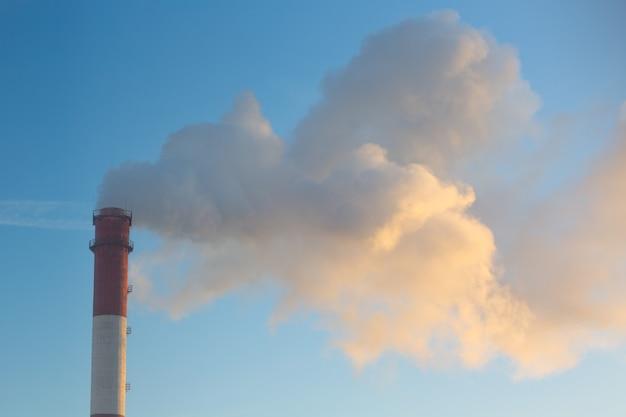 Fumar chimenea de fábrica en la ciudad.