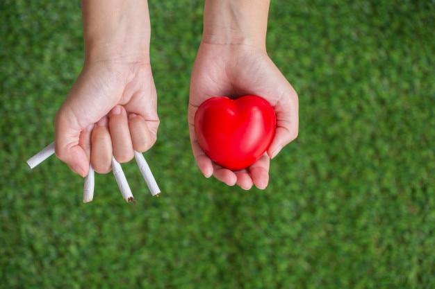 Fumar cigarrillos causa enfermedades del corazón.