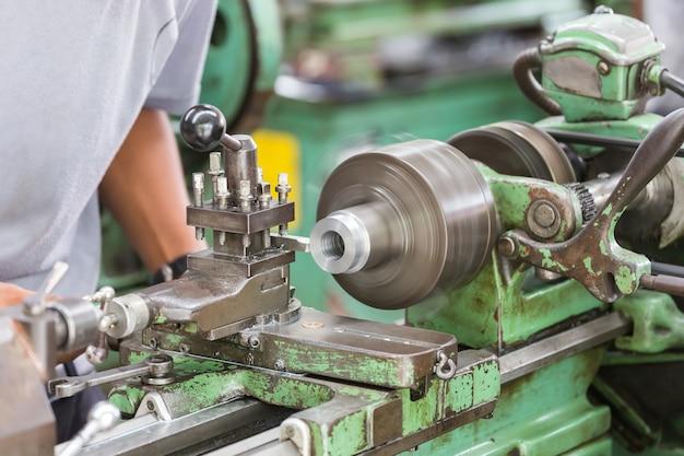 Funcionamiento de la máquina de torno manual.
