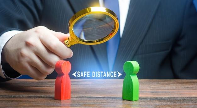 El funcionario supervisa el cumplimiento de las normas sobre la distancia segura entre las personas.
