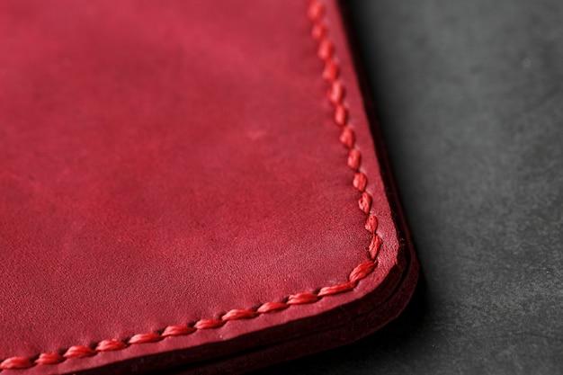 Funda de cuero rojo para un pasaporte. cuero genuino, hecho a mano, costuras cercanas
