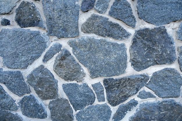 La fundación o valla de piedra natural. muro de la casa.
