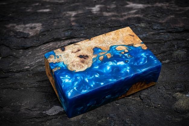 Fundición de madera de burl de arce de resina epoxi sobre la mesa