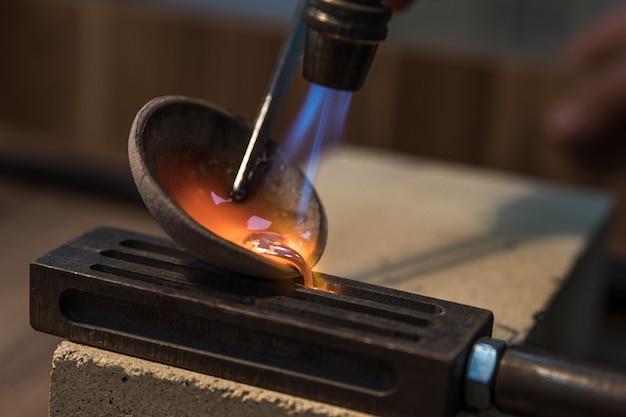 Fundir hierro a alta temperatura.