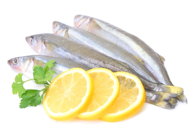 Fundir pescado con rodajas de limón aislado sobre fondo blanco.
