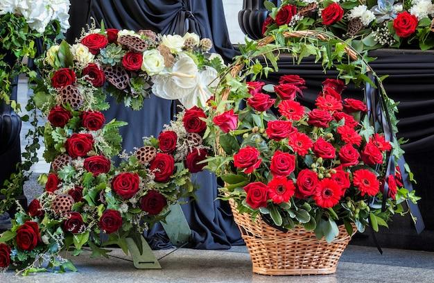 Funeral, bellamente decorado con arreglos florales, ataúd, primer plano