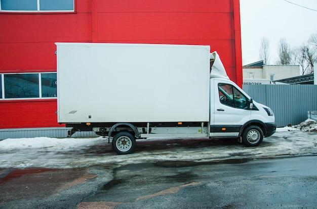 Furgoneta aparcada en un aparcamiento para alquiler o entrega