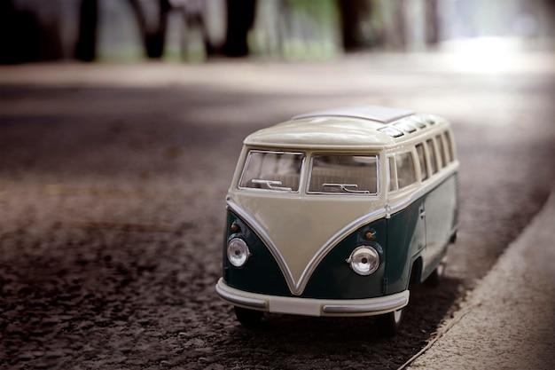 Furgoneta de juguete modelo de primer plano en el camino