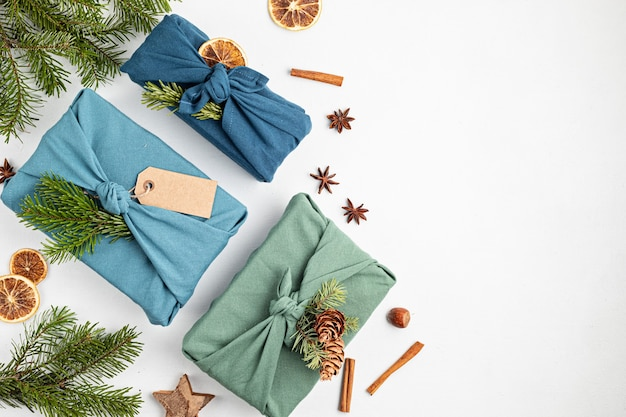 Furoshiki regalos ecológicos alternativos regalos de navidad verdes envueltos en ropa