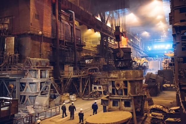 Fusión de metal en una planta siderúrgica. industria metalúrgica.