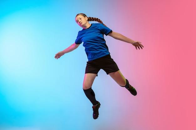 Fútbol femenino, formación de jugador de fútbol en la pared de neón, juventud