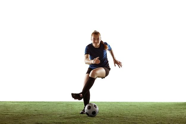 Fútbol femenino, jugador de fútbol pateando la pelota, entrenando en acción y movimiento