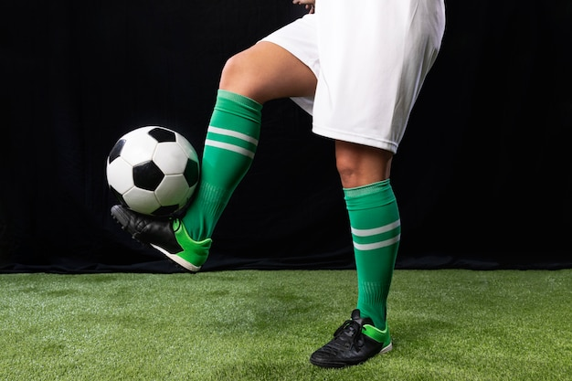Fútbol en ropa deportiva con balón