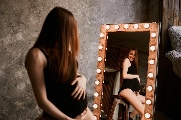La futura madre mirando el espejo