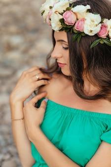La futura madre tiene una corona de flores