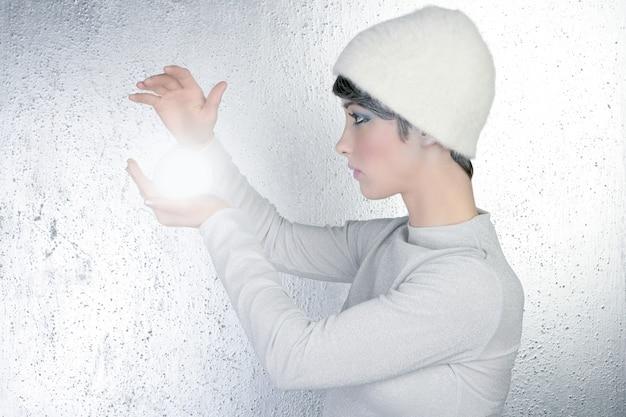 Futurista adivino mujer luz vidrio esfera futuro