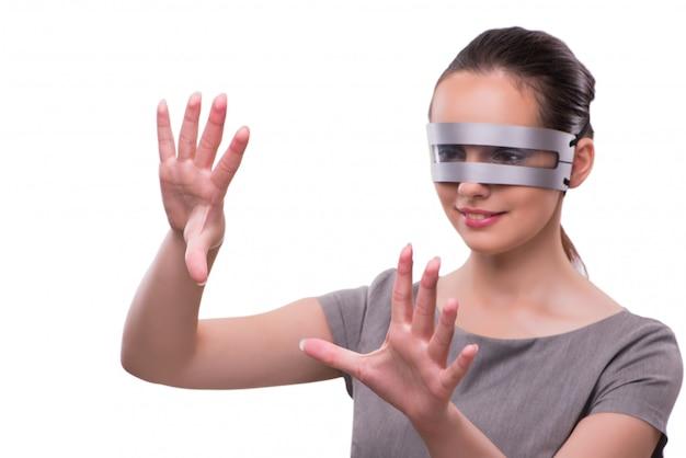 Futurista con techno cyber mujer aislada en blanco