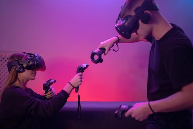 El futuro de la industria del juego. la gente juega a la realidad virtual.